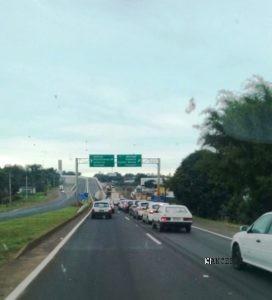 (o trânsito ficou parado para atendimento das vítimas)