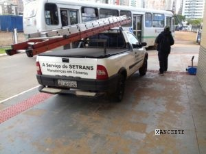 (veículo estacionado em cima da calçada no terminal)