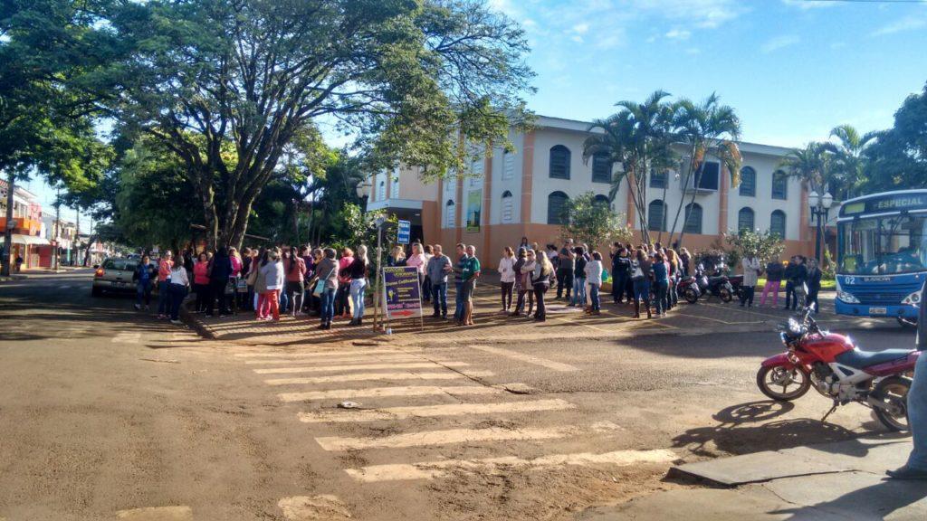 No município de Paiçandu um pequeno grupo se reuniu defronte a Igreja Matriz